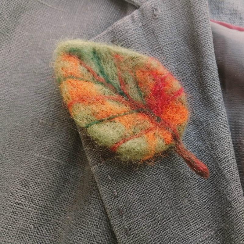 Осенний листочек-брошь из шерсти Оранжевый шерсть в осенних тонах и Творческая мастерская Рыбка - фото 1