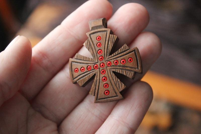 Нательный крестик Коричневый дерево груша, бисер Стринадюк Богдан - фото 1