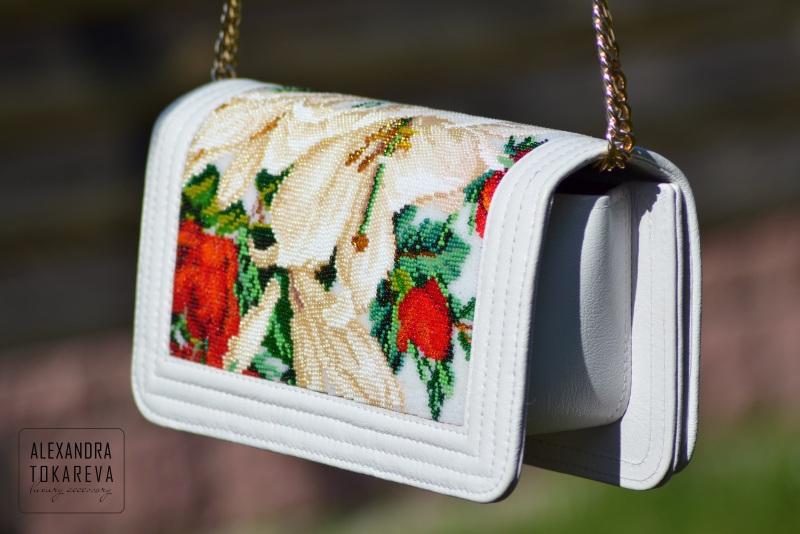 Эксклюзивный клатч ручной работы вышитый бисером «White lilies» Белый Артикул: 045 Принадлежно Токарева Александра - фото 3