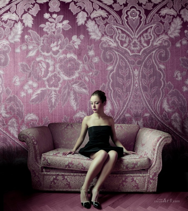 Модель в фиолетовой комнате  печать на холсте, натянут UkrainArt - фото 1