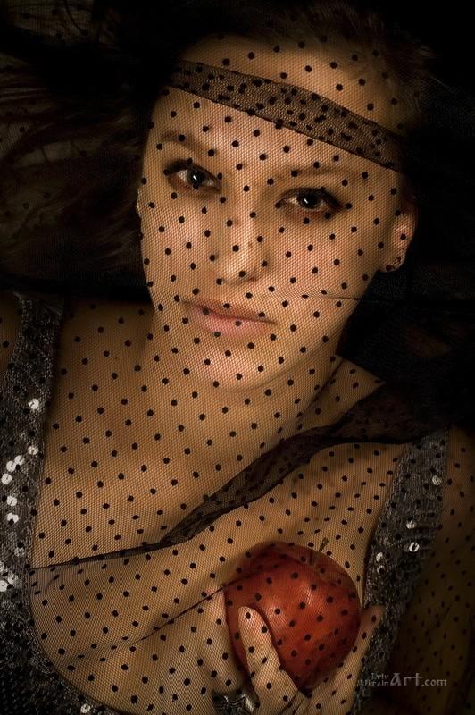 Портрет девушки с яблоком  печать на холсте, натянут UkrainArt - фото 1