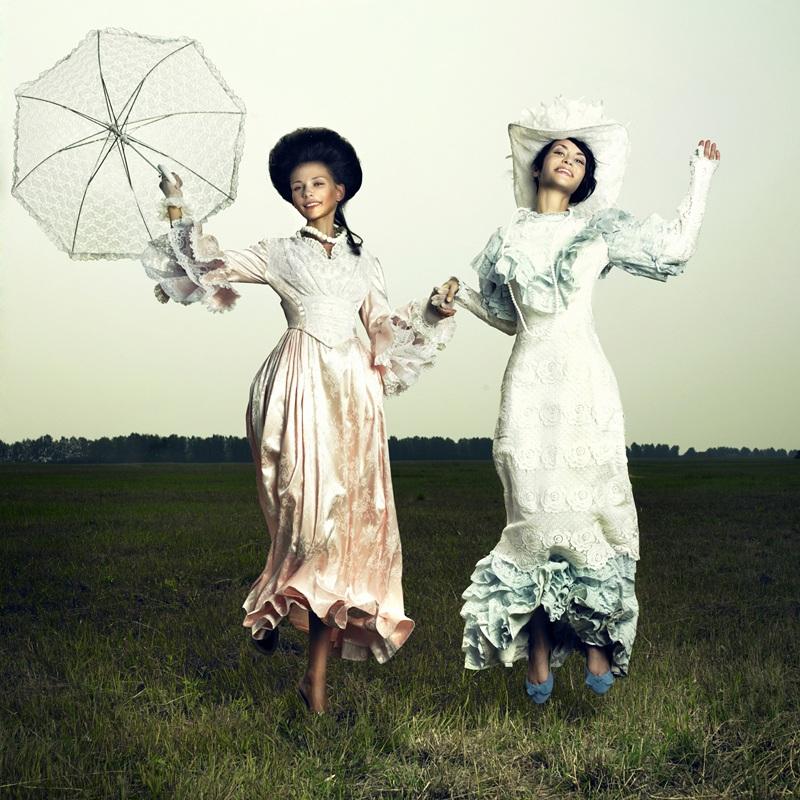 Две женщины в винтажном платье  печать на холсте, натянут UkrainArt - фото 1